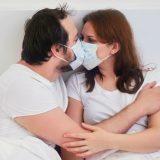 """""""Sesso con la mascherina"""": il consiglio della sanità canadese fa il giro del mondo"""