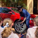 Australia, le ragazze imparano a cambiare la ruota della macchina. Il laboratorio scolastico