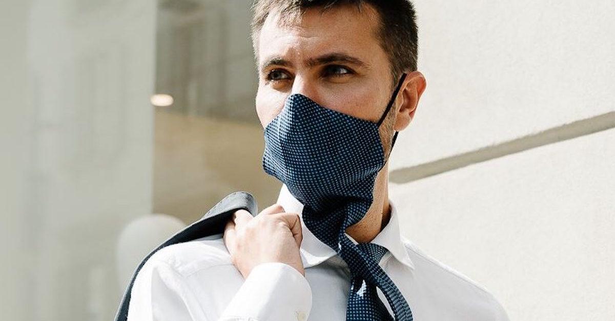 Ecco la cravatta che si trasforma in mascherina: come funziona e quanto costa