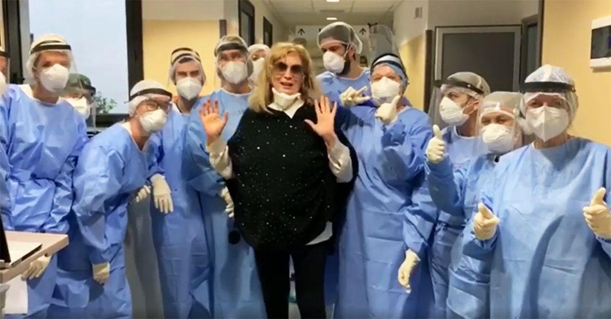 """Covid, Iva Zanicchi lascia l'ospedale e ringrazia il personale: """"Vi auguro ogni bene"""""""