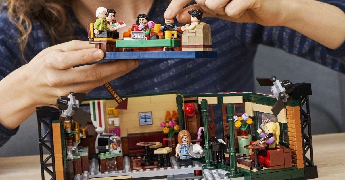 Il Central Perk di Friends in versione LEGO è un vero oggetto da collezione