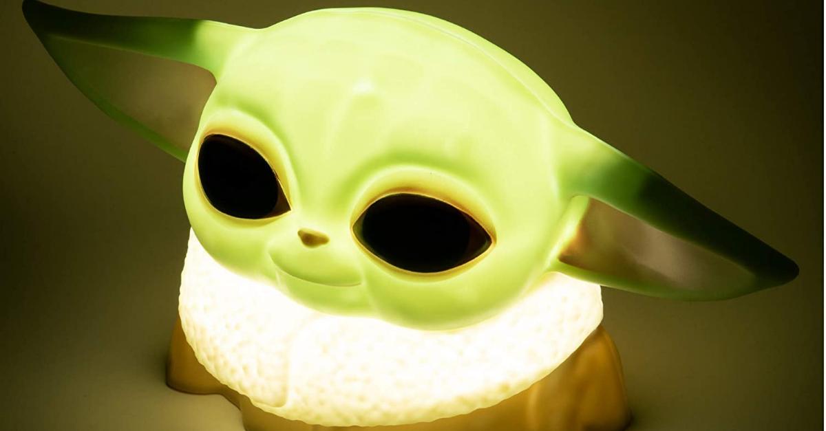 La lampada da scrivania di Baby Yoda è la compagna di smartworking più dolce che c'è