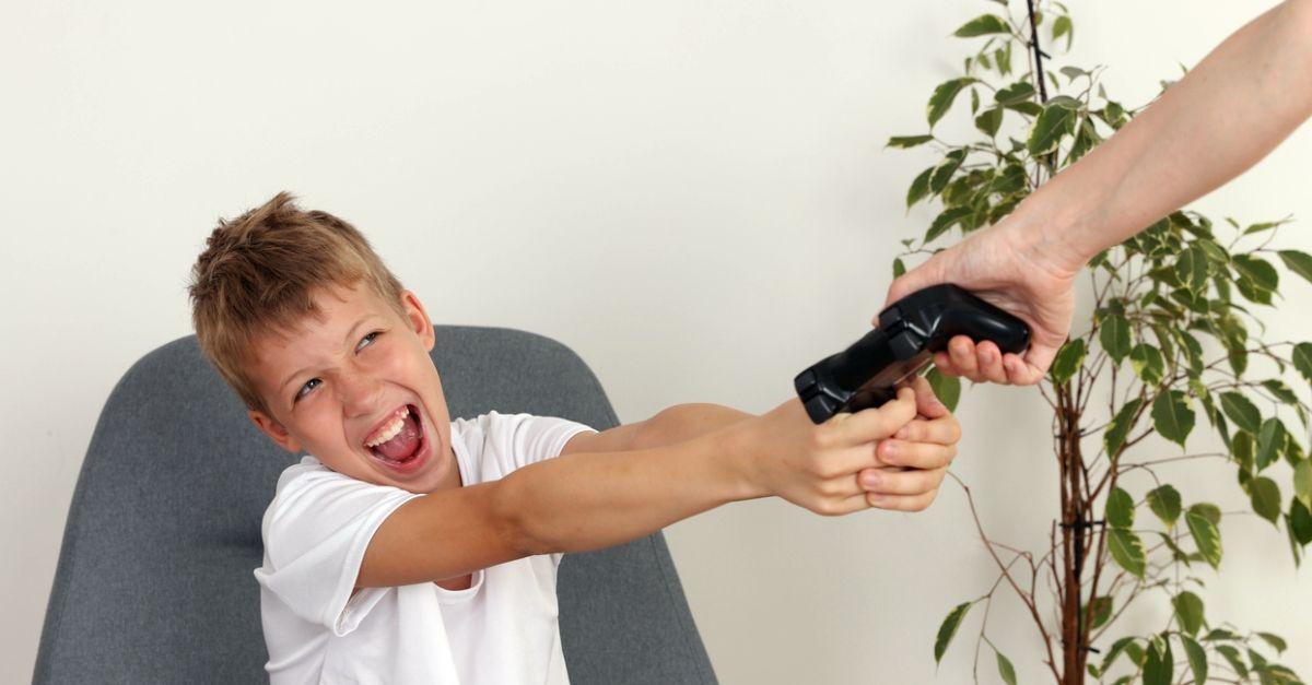 Mio figlio di 10 anni sta diventando dipendente da un videogioco, cosa devo fare?
