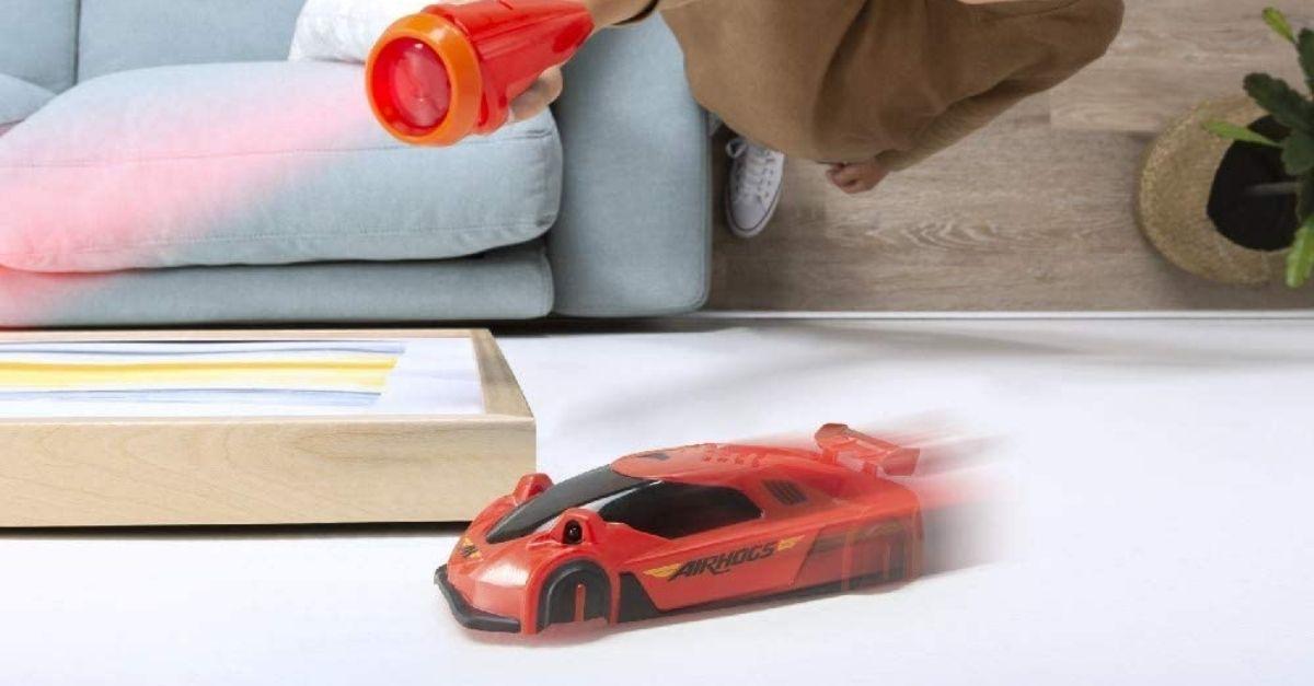 L'auto che insegue il laser (anche sulle pareti) è il giocattolo che non sapevate di volere