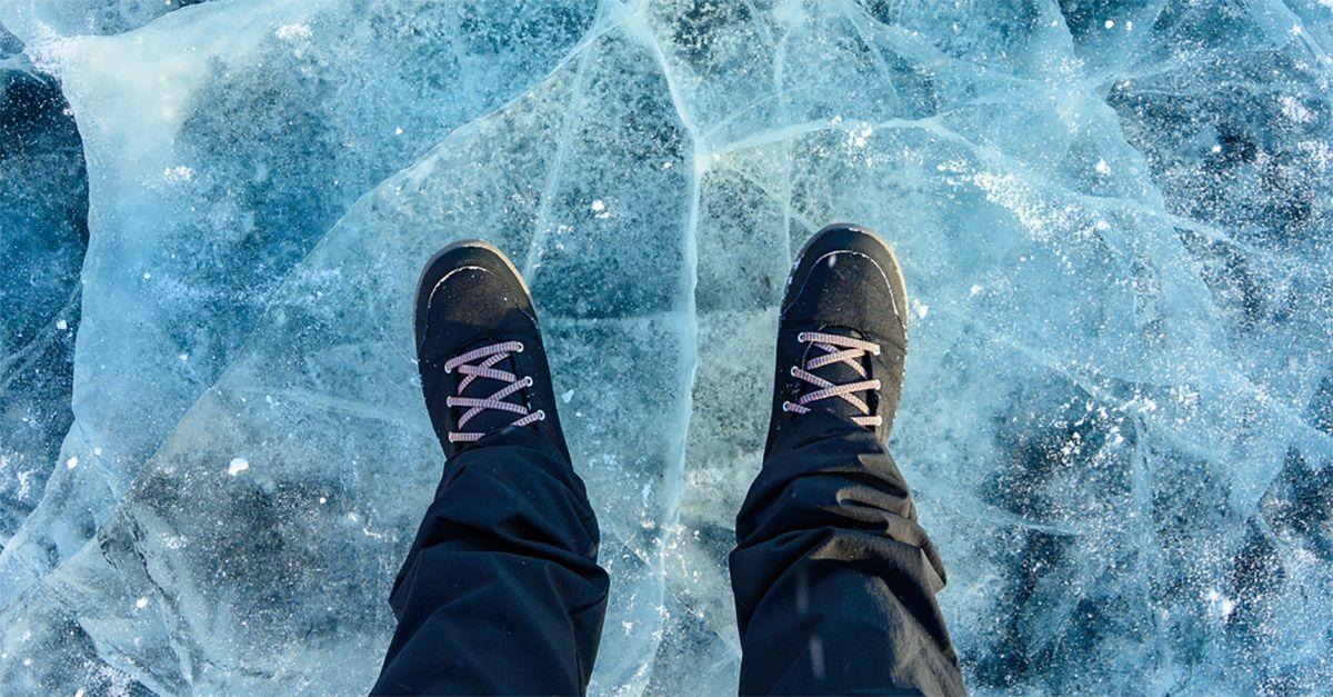 Cammina sul lago ghiacciato per disegnare un pene gigante: la bravata estrema finisce su Facebook