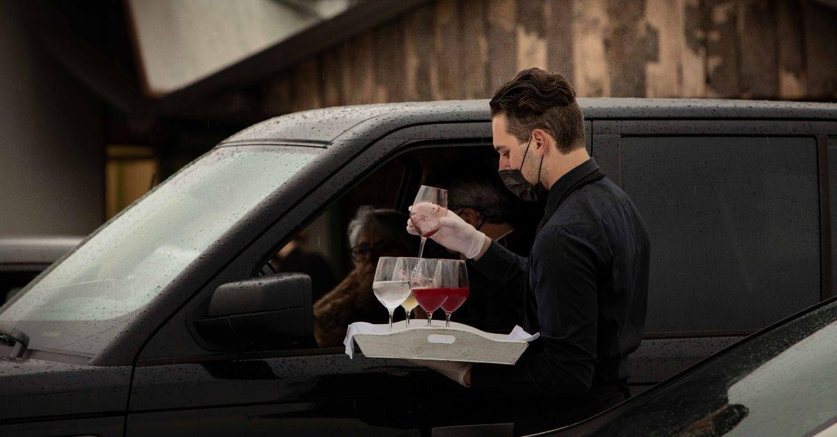 Matrimonio drive-in a Treviso: 130 invitati nelle macchine e rinfresco dal finestrino