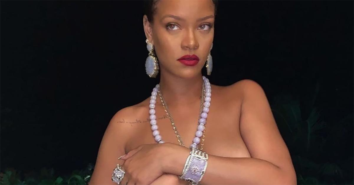 Rihanna in topless con il ciondolo di Ganesh: polemica in India per la foto social
