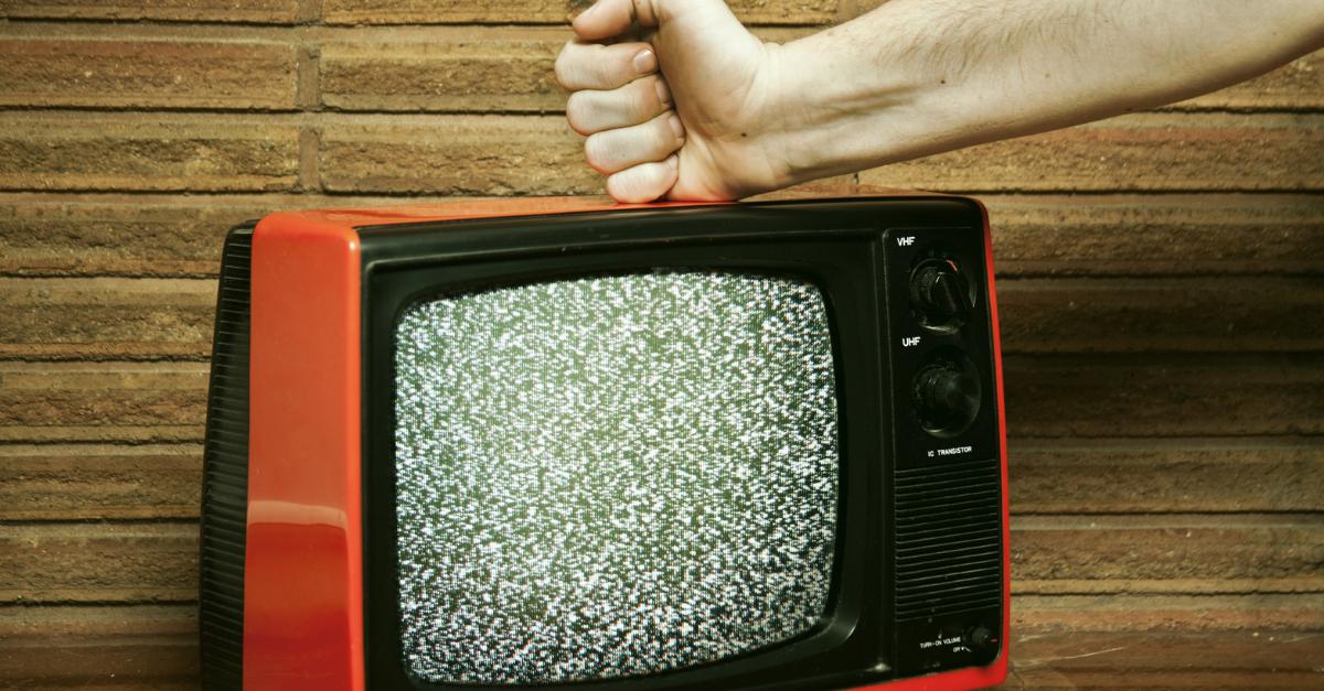 Dare un colpo alla tv o al pc per farli funzionare? Secondo gli esperti è un'ottima idea