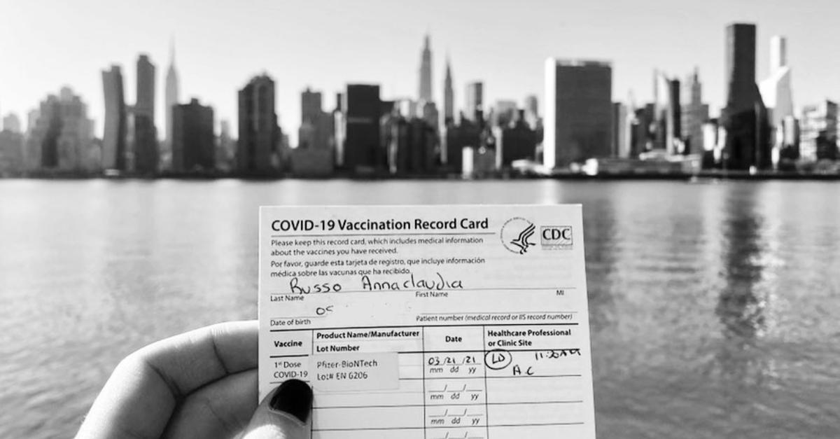 """Anna si è vaccinata a New York: """"Organizzazione top, c'era anche un'orchestra dal vivo"""""""