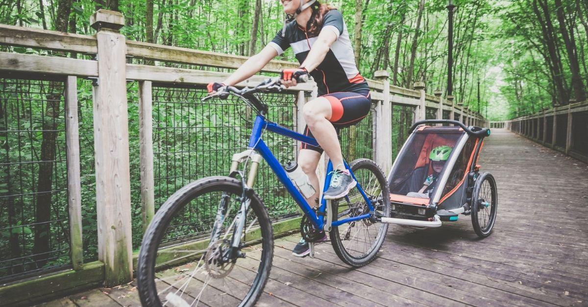 Il rimorchio da bici perfetto per un'avventura con i bambini