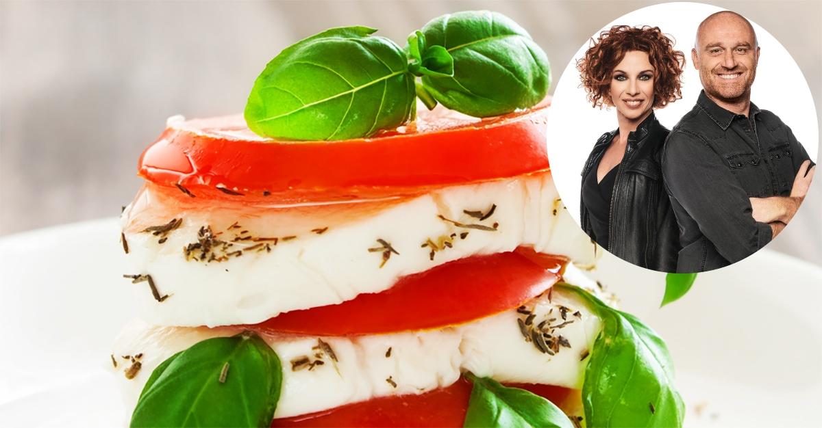 Mozzarella e pomodoro, perché l'insalata caprese non è un piatto leggero (da spiaggia)