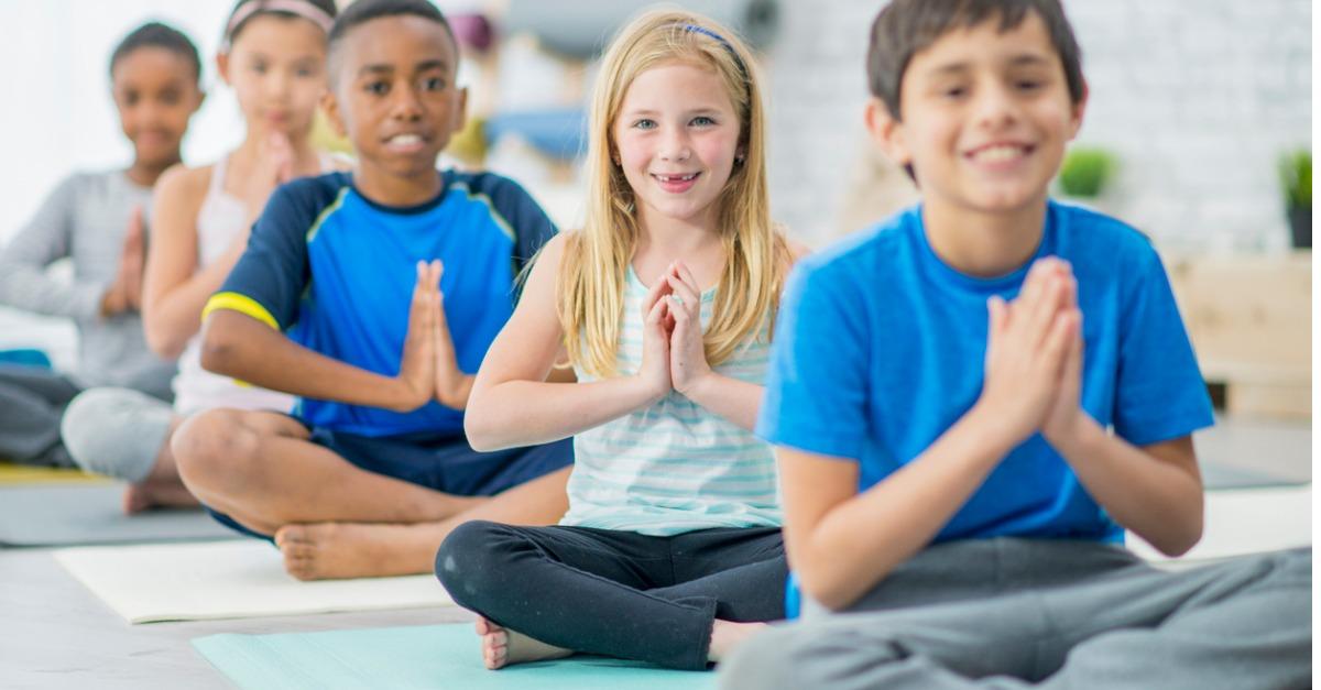 Libertà d'espressione e divertirsi in gruppo: i benefici dello yoga per bambini