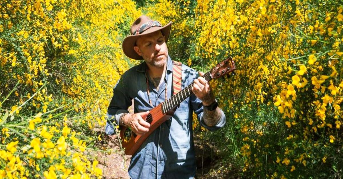 """Jack Jaselli: """"800km sulla Via Francigena con una chitarra ribattezzata """"il Garpez"""""""""""