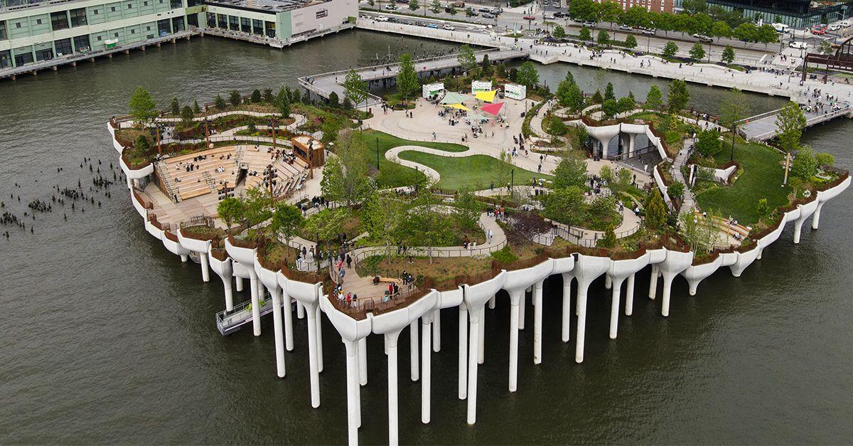 """Little Island, a New York ha aperto uno spettacolare parco """"galleggiante"""""""