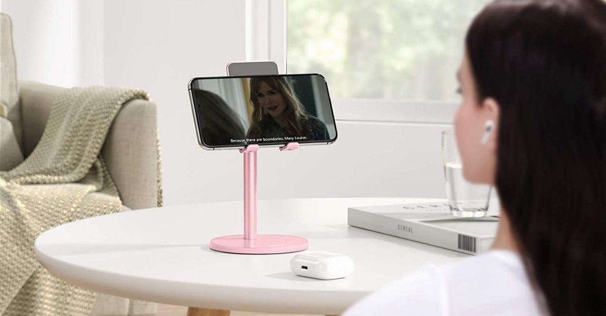 Dite basta alla bottiglia dell'acqua come supporto allo smartphone mentre fate videochiamate