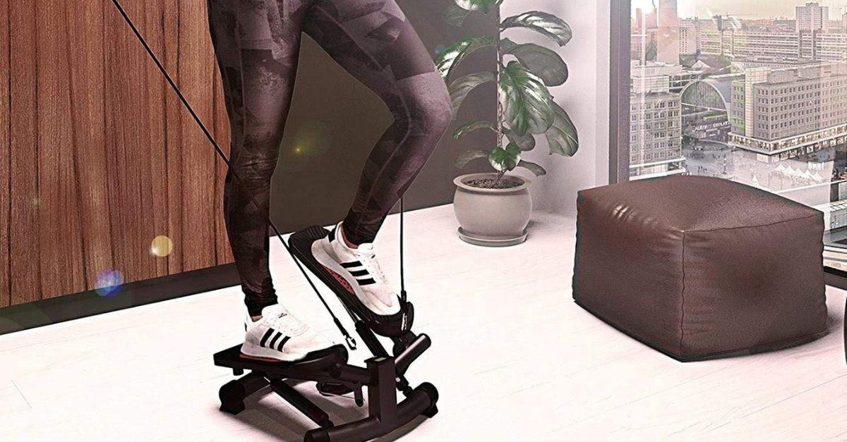 Lo stepper con gli elastici per allenare gambe e braccia insieme