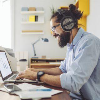 La musica è un'ottima alleata contro l'ansia (e migliora le performance sul lavoro)