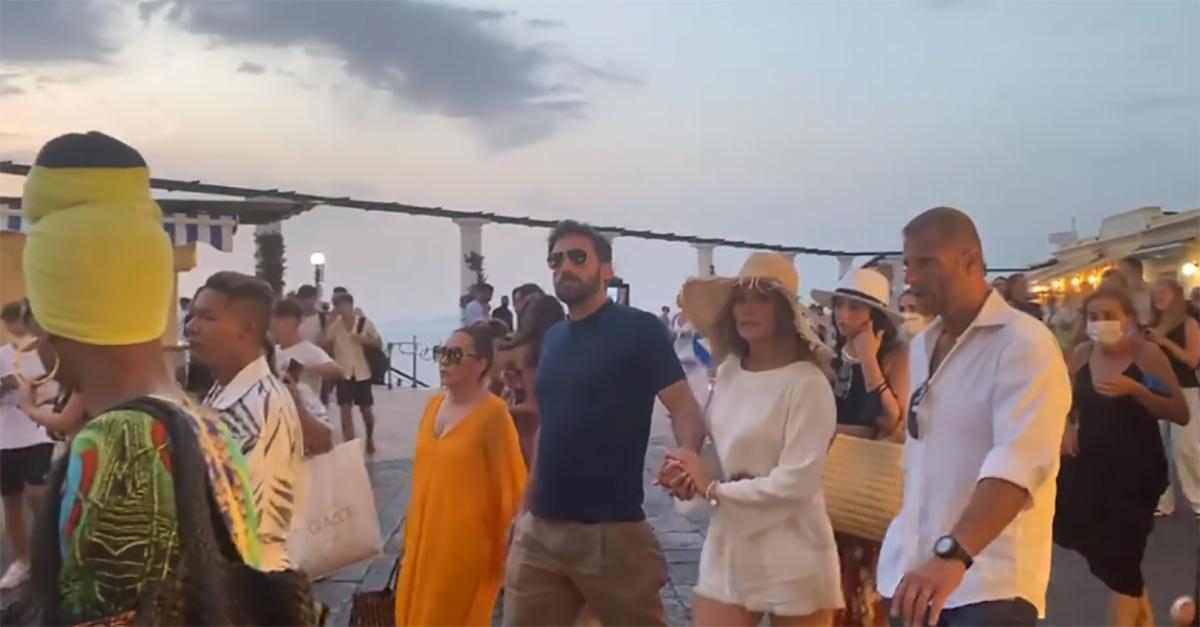 Jennifer Lopez e Ben Affleck a Capri: passeggiata in piazzetta tra una folla di curiosi