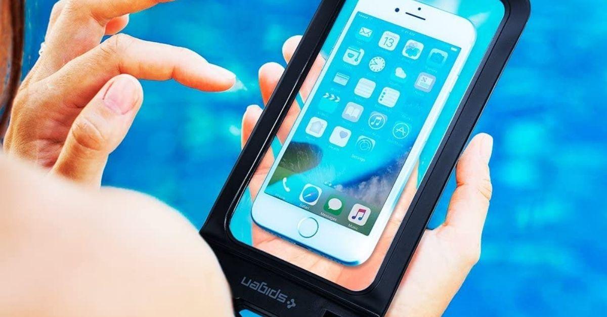 In vacanza lo smartphone è al sicuro nella custodia impermeabile