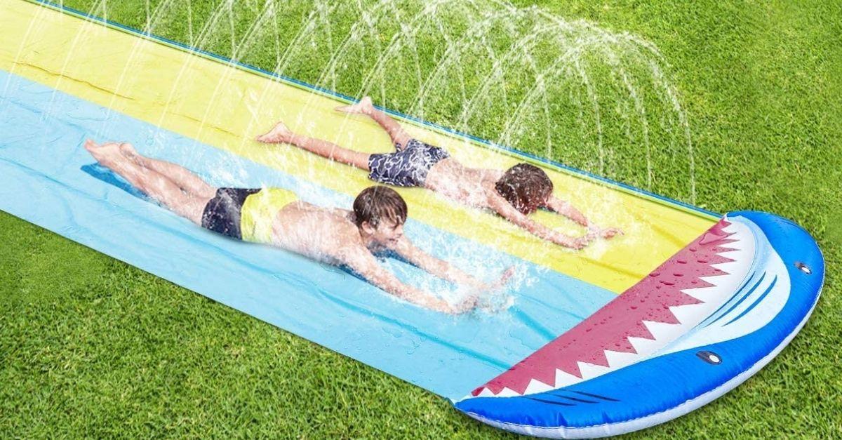 La pista da scivolo ad acqua per far divertire i bambini quest'estate