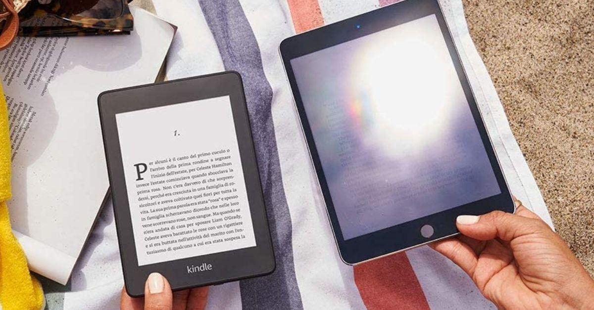 In spiaggia con il Kindle resistente all'acqua con lo schermo leggibile sotto la luce del sole