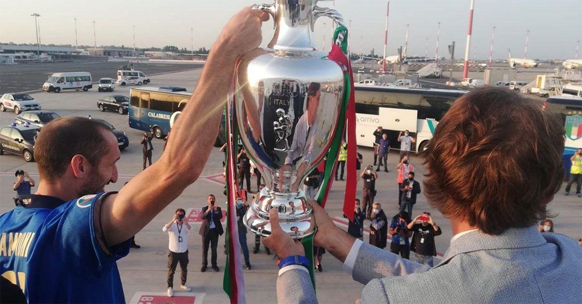 Euro 2020, gli azzurri atterrano a Fiumicino: i campioni d'Europa accolti dai tifosi