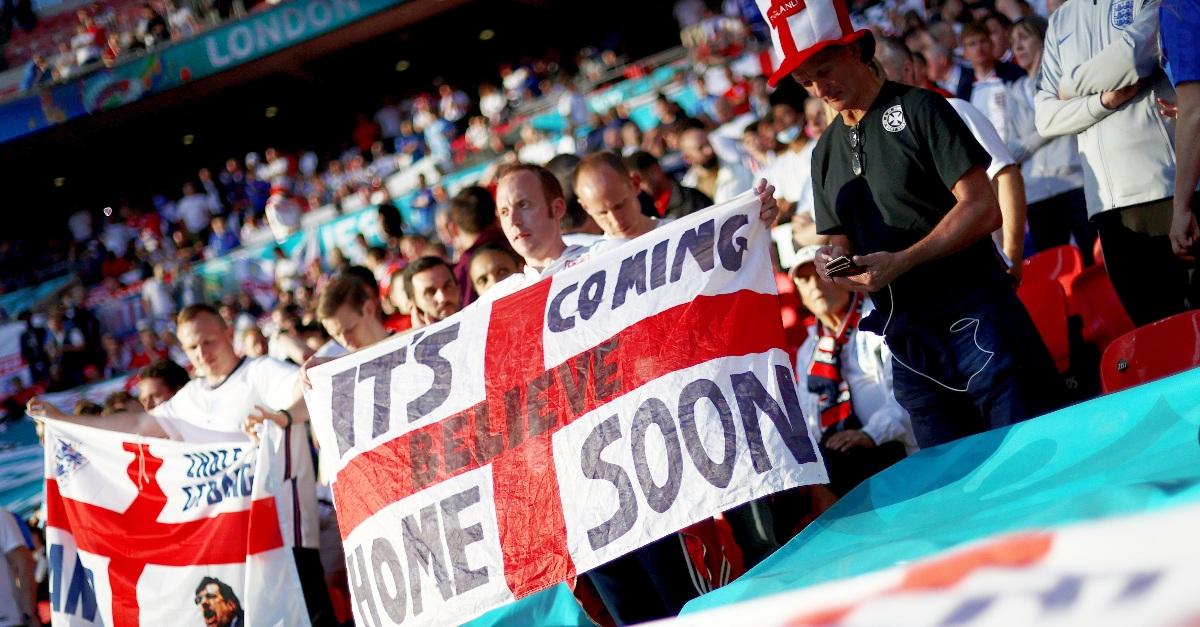 """Italia-Inghilterra, perché i tifosi inglesi cantano """"It's coming home""""? Il coro spiegato"""