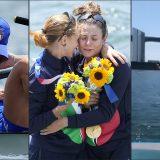 Tokyo 2020, Italia oro nel canottaggio: Federica Cesarini e Valentina Rodini festeggiano con un tuffo in mare