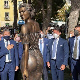 """Polemica sulla statua della Spigolatrice di Sapri: """"Poco vestita, offende le donne"""""""