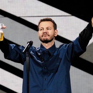 """Ale Cattelan e il messaggio nascosto nell'impugnatura della birra sul finale di """"Da Grande"""""""