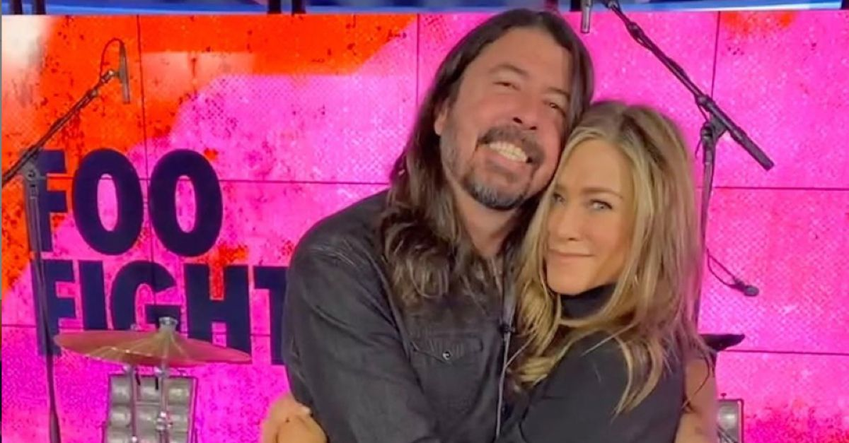 """Jennifer Aniston abbraccia Dave Grohl sul set: """"Sono una super fan, non lo dimenticherò mai"""""""
