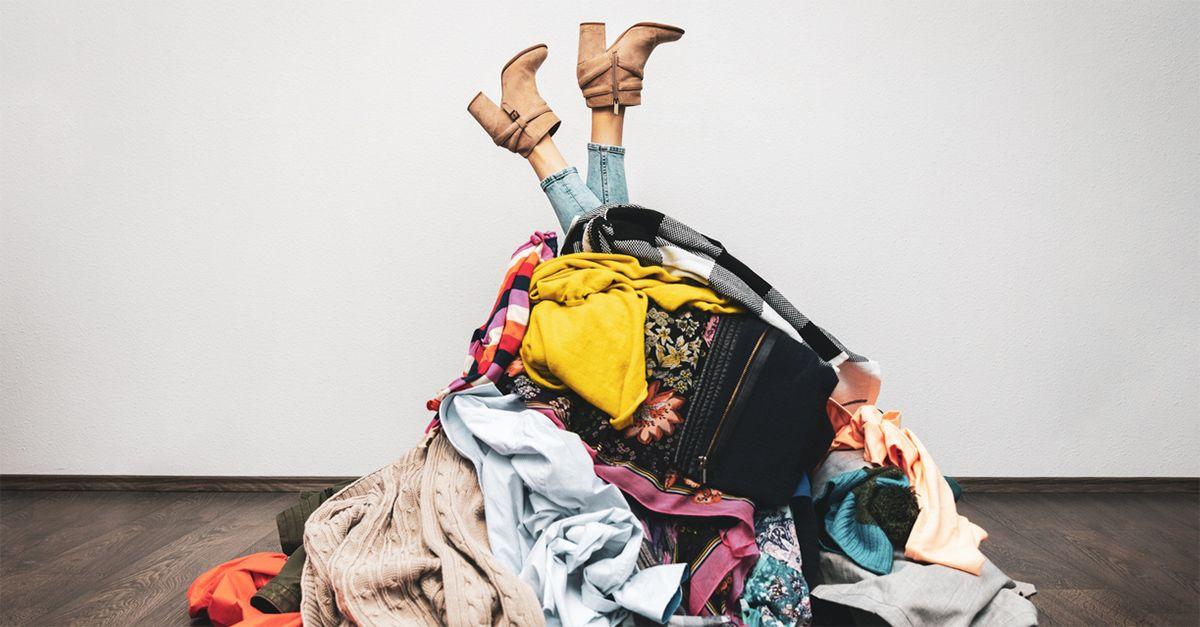 Il prezzo dei vestiti low cost sull'ambiente: come miliardi di capi diventano rifiuti