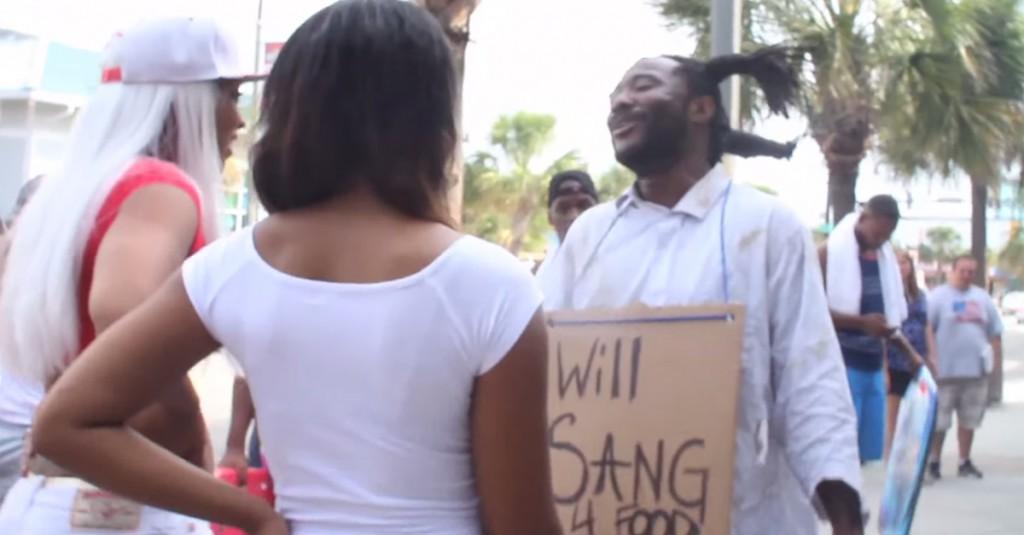 Canzoni in cambio di cibo: il senzatetto rifà John Legend e commuove i passanti (oltre al web)