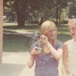 Photoshop creativo: ragazza inserisce se stessa nelle foto della mamma da giovane
