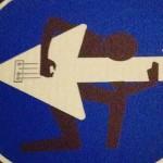 Giocare con i segnali stradali: l'arte di Clet Abraham