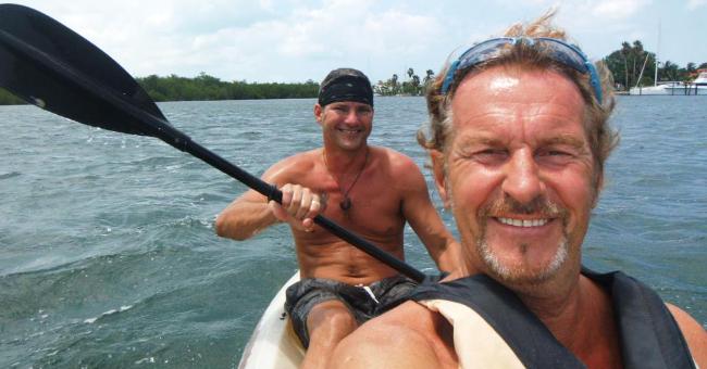 Come Robinson Crusoe: vive sulla sua isola in Messico costruita con rifiuti