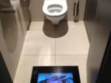 WC con televisore sul pavimento