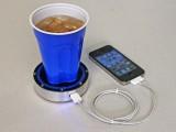 Dispositivo che permette di ricaricare il telefono tramite il calore delle bevande