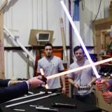 I principi si sfidano a colpi di spada laser: William e Harry sul set di Star Wars