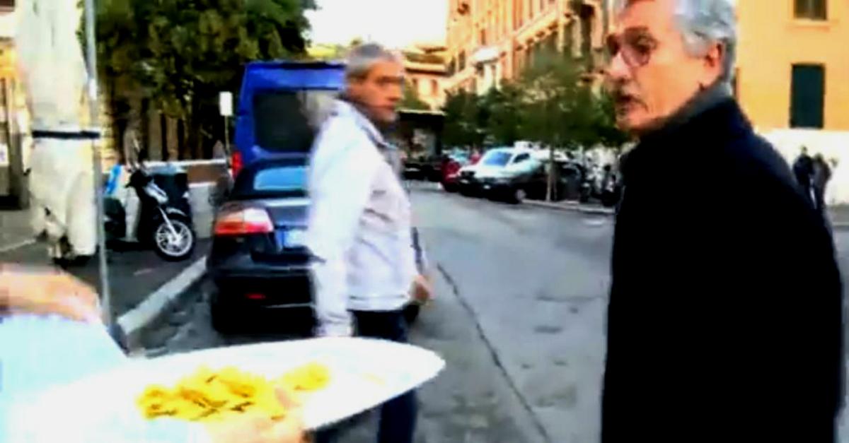 """D'Alema rovescia gli agnolotti dell'inviata Rai: """"Non vorrei litigare"""""""