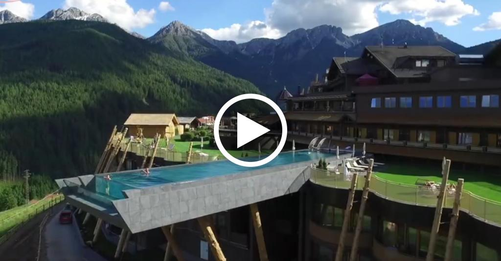 La piscina da vertigine nuotata 39 nel vuoto 39 con vista sulle dolomiti radio deejay - Piscina sospesa plan de corones ...