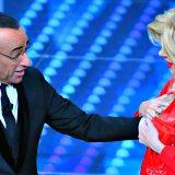 Sanremo, Virginia Raffaele nei panni di Sandra Milo scherza con Carlo Conti