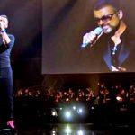 Chris Martin duetta con George Michael nel tributo da brividi sul palco dei BRIT Awards