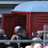 Papa Francesco usa il bagno chimico: la foto simbolo della visita a Milano
