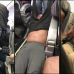 Overbooking, nessuno vuole scendere: passeggero trascinato a forza fuori dall'aereo