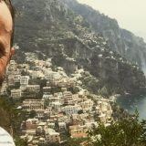 """""""Italia fai schifo, ma voglio morire da te"""", da Volo la lettera d'amore del cervello in fuga"""