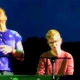 """""""Posso suonare con voi?"""", ai concerti dei Coldplay gli striscioni dei fan diventano realtà"""