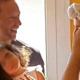 Milano, Chris Martin visita a sorpresa i bimbi ricoverati in ospedale e canta per loro