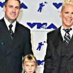 Mamma Pink agli MTV MVAs: sul red carpet insieme a figlia e marito, tutti vestiti in gessato