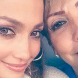 Jennifer Lopez, il selfie con la mamma da più di un milione di 'cuori'